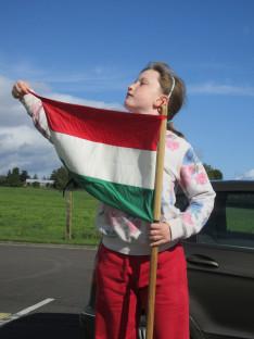 Rézi a zászlóval