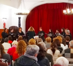A Hungária Egyesület női kórusa Leidemann Sylvia vezénylésével