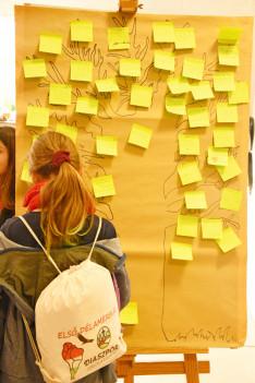 A tábori fa, a gyerekek üzeneteivel