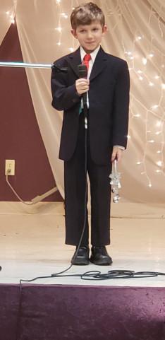 Chase Lacroix Hunor verset mondott és énekeket énekelt
