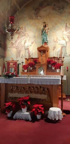 Karácsonyi ünnepi díszben a főoltár
