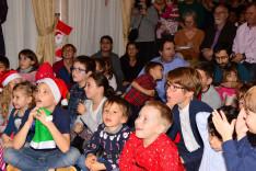 Gyerekek nézik a színdarabot