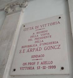 Vittoria polgármesteri hivatalában emléktáblát helyeztek el Göncz Árpád 1999-ben tett látogatásáról