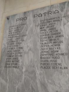 A Vittoriában elhunyt hadifoglyok neveit két emléktábla őrzi a káplnában