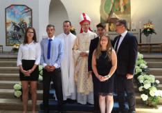 Majnek Antal munkácsi megyéspüspök, Csibi Sándor, az augsburgi Magyar Katolikus Misszió plébánosa és a megbérmált fiatalok