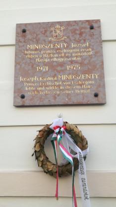 Emléktábla a főbejárat mellett