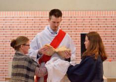 A feltámadt Krisztus megtöri a kenyeret