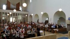 Búcsúi szentmise az augsburgi St. Max templomban. Hívek