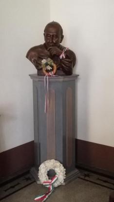 Mindszenty József bíboros mellszobra a Pázmáneum kápolnájának előterében