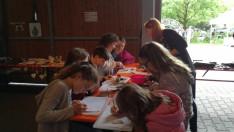 Gyermekek a kézműves műhelyben