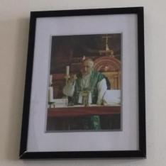Mindszenty József bíboros misézik a Pázmáneum kápolnájában. A kép ma a kápolna mellett látható