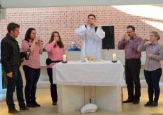 Jézus és tanítványai isznak a borból az utolsó vacsorán