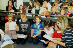 A gyermekek énekkel várták Szent Miklós püspököt