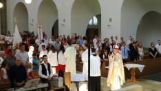 Majnek Antal munkácsi megyéspüspök áldást ad kivonuláskor