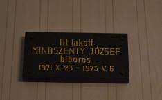 Tábla Mindszenty József bíboros egykori dolgozószobájában