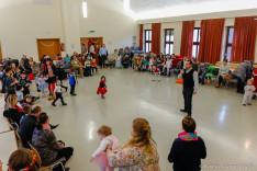 A jelenlévő gyermekeket a Magyar Katolikus Misszió plébánosa, Csibi Sándor köszöntötte