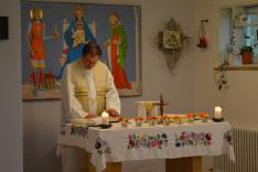 Szentmise a müncheni Magyar Katolikus Egyházközség kápolnájában. Merka János plébános atya