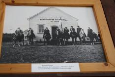 A közösség első iskolájáról készült kép