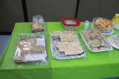 A helyi hagyományőrző szervezet által készített édességek