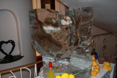 A házigazda által készített jégszobor