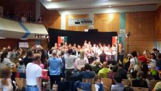 Közönségénekeltetés az Alma koncerten