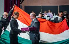 A Magyar Parlament zászlói a templomokban jelképezik magyarságunkat.
