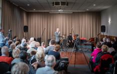 Dr. Kálmán László vezető konzul köszönti a fellépőket.