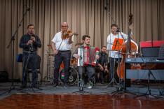Kiss Gábor klarinétjátékát kíséri a zenekar.