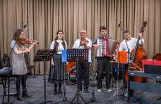 Széki zene: Csatlós Andrej Edit énekel, a Hun Bow Band muzsikál.
