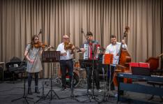 Maxine Sutcliffe (hegedű), Andrej Gergő (harmónika), Halmai Csongor (bőgő).