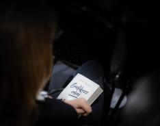Könyvvel a kézben,