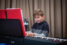 Tóth Józsika alig várta, hogy a zongora felszabaduljon...