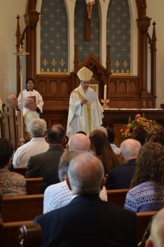 Duca püspök felolvassa a hivatolos dokumentumot