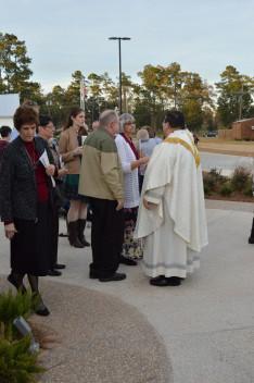 A gyülekezet a téren gratulál Jamin atyának