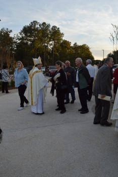 Duca püspök beszélget a gyülekezet tagjaival