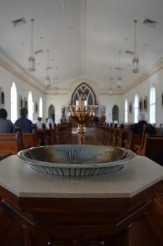 A szentelt vizet tartó edény a bejáratnál