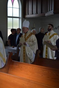 atyák és püspökök bevonulása a templomba; jobb szélen a gyülekezet egyik állandó pásztora: Brad atya