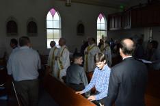 Bevonulás; a képen balról: Tim diakónus, Jamin atya és Duca püspök