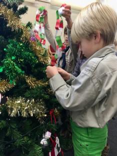 Karácsonyfa díszítése közben