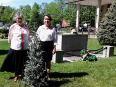 A trianoni emlékműnél a nemzeti összetartozás fája mellett magyaros öltözékben a Szent Erzsébet Nőegylet vezetője, Szabó Erzsébet és Viski Enikő, a nőegylet tagja