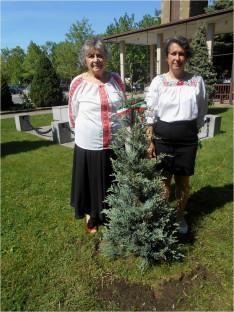 A nemzeti összetartozás fája mellett magyaros öltözékben a Szent Erzsébet Nőegylet vezetője, Szabó Erzsébet és Viski Enikő, a nőegylet tagja