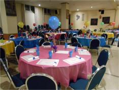 Feldíszített asztalok várták a résztvevőket