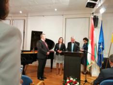 dr. Berényi János főkonzul úr átadja a Magyar Ezüst Érdemkeresztet Tamás Péternek, a németországi Erdélyi Világszövetség vezetőjének
