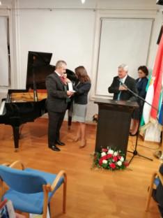 Novák Katalin államtitkár asszony átadja a Magyar Ezüst Érdemkeresztet Tamás Péternek, a németországi Erdélyi Világszövetség vezetőjének