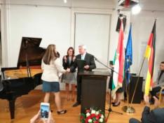 dr. Berényi János főkonzul úr átadja a Magyar Ezüst Érdemkeresztet Éberling Tímeának, a Baden-Württembergi Konzuli Magyar Iskola vezetőjének