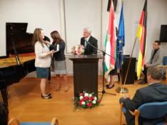 Novák Katalin államtitkár asszony átadja a Magyar Ezüst Érdemkeresztet Éberling Tímeának, a Baden-Württembergi Konzuli Magyar Iskola vezetőjének