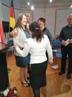 A Csöbörcsök Táncegyüttes tagjai és vezetője Kemény József gratulálnak