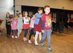 Gyerekek vonatoznak a Dalölelő koncerten