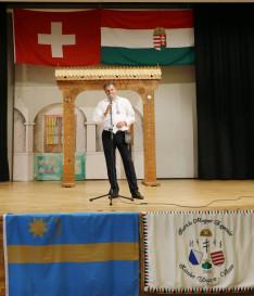 Szennyessy László, a Svájci Magyarház Alapítvány elnöke megnyitó beszédét tartja