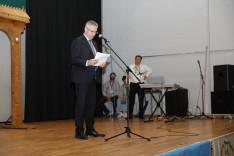 Andreas Glarner svájci parlamenti képviselő köszönti az eseményen résztvevőket
